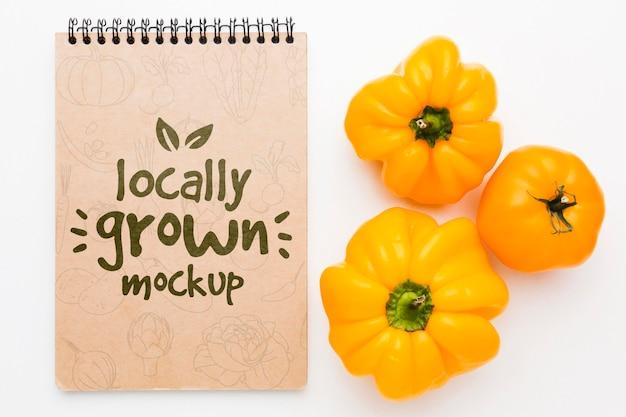 Maquette de poivrons jaunes cultivés localement