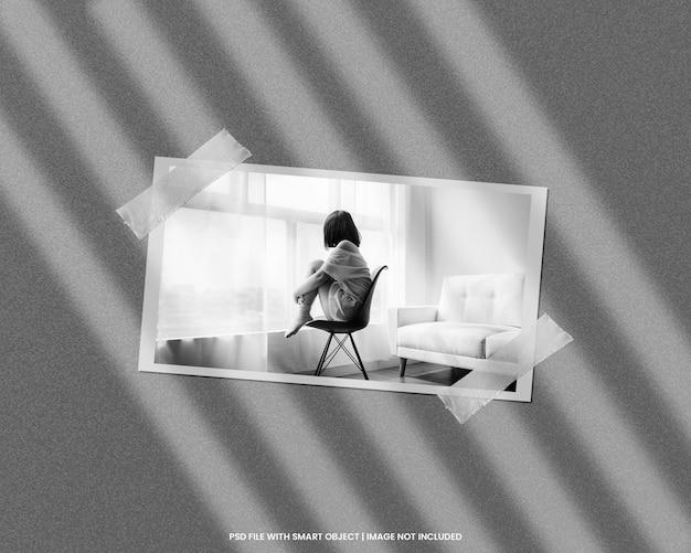 Maquette polaroid de cadre photo en papier avec modèle effet noir blanc psd premium