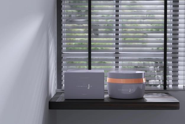 Maquette de pot et boîte cosmétique sur le rebord de la fenêtre