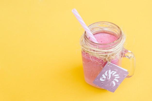 Maquette de pot avec yogourt rose