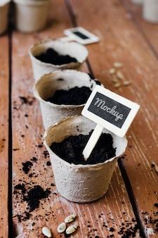 Maquette de pots de fleurs remplis de terre vue en hauteur