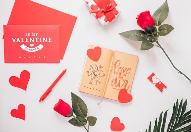 Maquette pour ordinateur portable avec le concept de la saint-valentin
