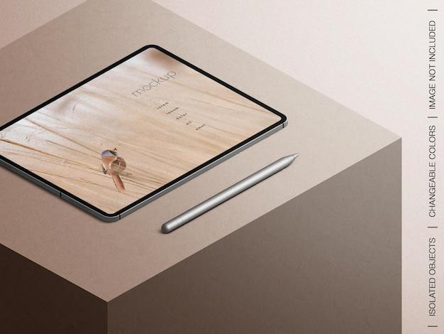 Maquette de présentation de l'application écran tablette avec vue isométrique du stylet crayon isolé