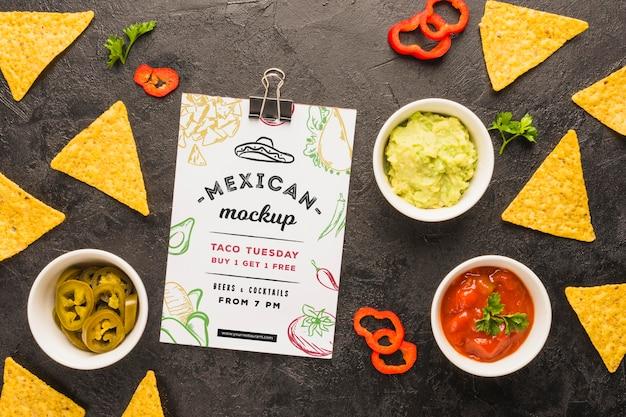 Maquette de presse-papiers à côté de chips tortilla et ingrédients