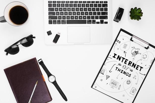 Maquette presse-papiers avec objets internet