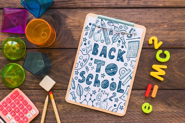 Maquette de presse-papiers avec retour au concept de l'école