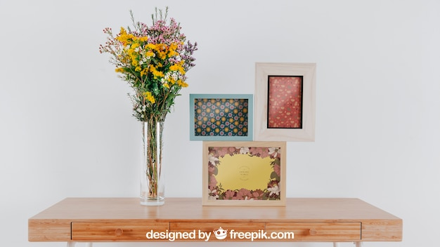 Maquette de printemps avec trois cadres sur la table