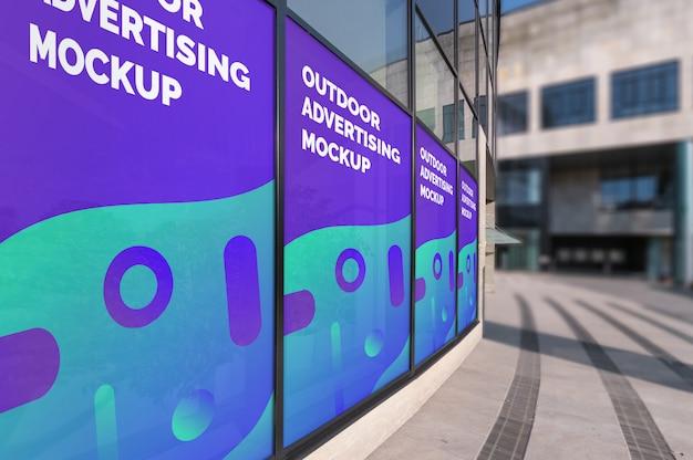 Maquette de publicités verticales extérieures dans des cadres de fenêtre sur un mur d'immeuble moderne