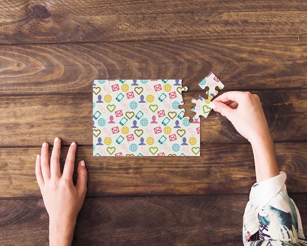 Maquette de puzzle sur table