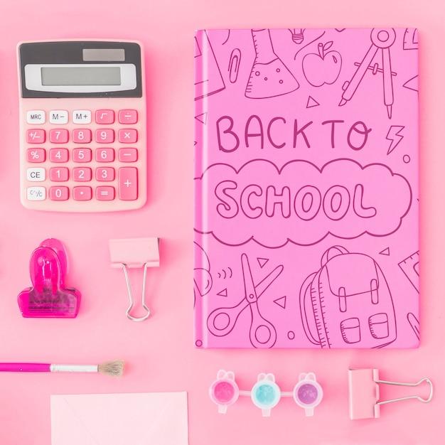 Maquette rose dos à l'école avec couverture de cahier