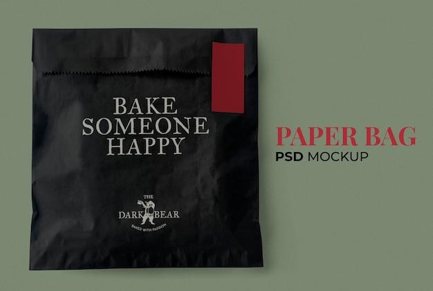 Maquette de sac en papier à collation psd dans un emballage noir et rouge classique co
