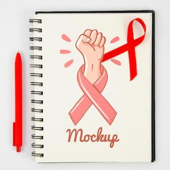Maquette de sensibilisation au cancer avec ruban et stylo