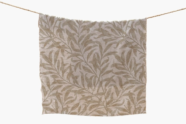 Maquette de serviette florale psd accrochée à une corde à linge