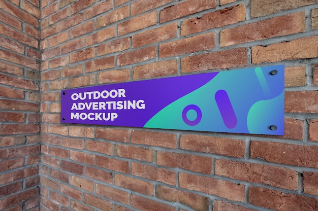 Maquette de signalisation extérieure étroite sur le mur de briques