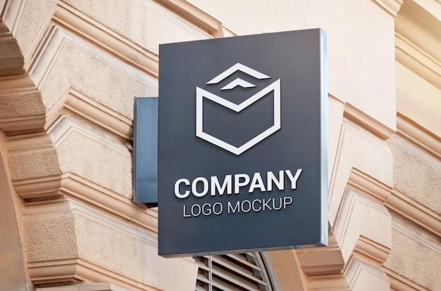 Maquette de signe noir rectangle vertical sur le mur du bâtiment.