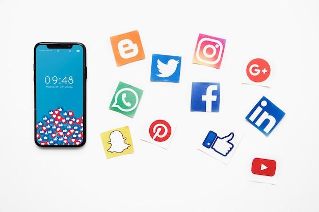 Maquette de smartphone avec le concept de médias sociaux