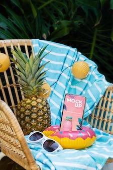 Maquette de smartphone dans un arrangement de voyage d'été