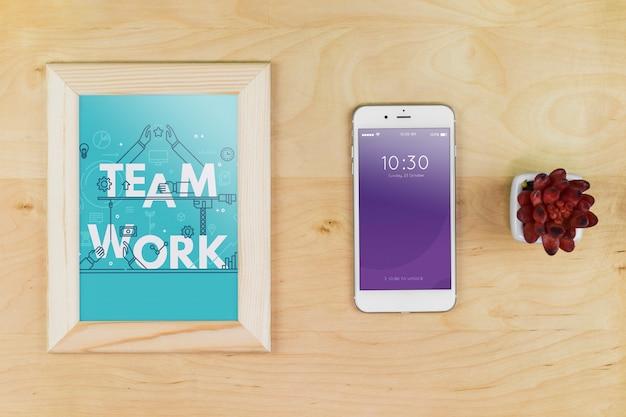 Maquette de smartphone avec du matériel de bureau sur une table