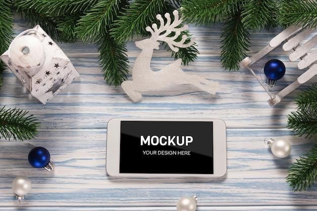 Maquette de smartphone à écran avec des décorations de noël