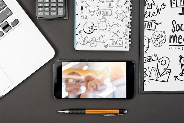 Maquette de smartphone sur l'espace de travail