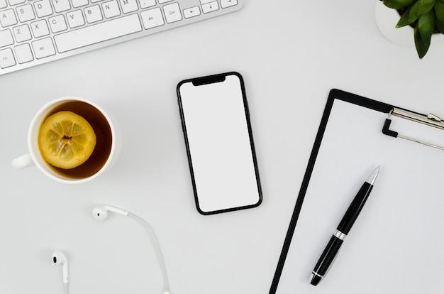 Maquette de smartphone à plat avec presse-papiers