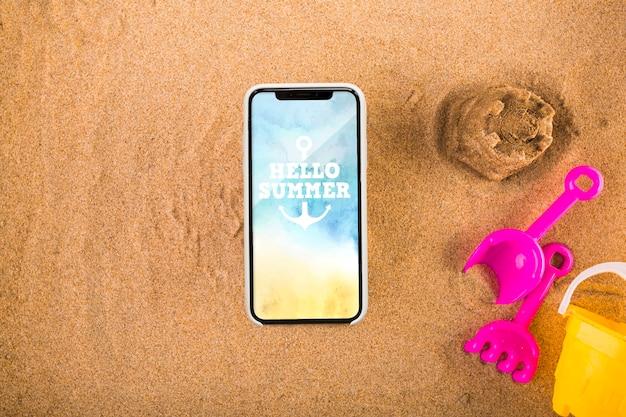Maquette de smartphone sur le sable