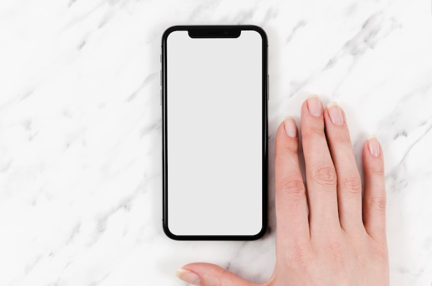 Maquette de smartphone vue de dessus avec main