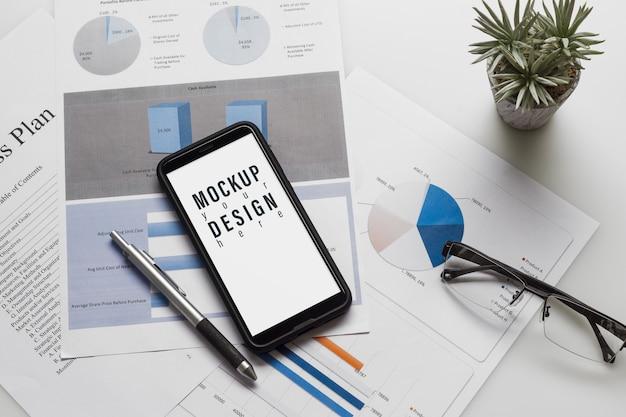 Maquette smartphone. vue de dessus de table de bureau avec graphique.