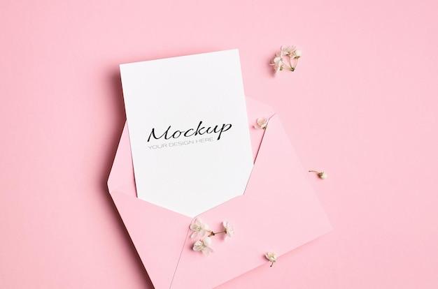 Maquette stationnaire de carte d'invitation avec enveloppe et fleurs de cerisier de printemps