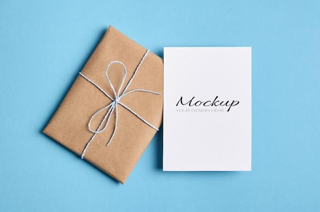 Maquette stationnaire de carte de voeux avec cadeau