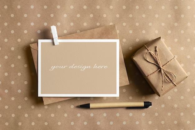 Maquette stationnaire de carte de voeux avec enveloppe