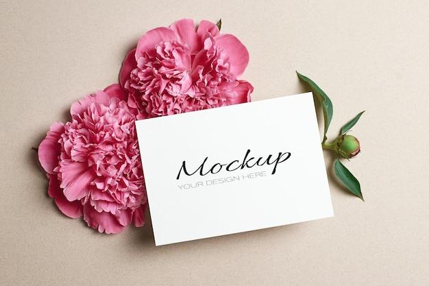 Maquette stationnaire de carte de voeux avec des fleurs de pivoine rose