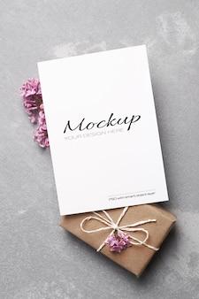 Maquette stationnaire de carte de voeux ou d'invitation avec boîte-cadeau