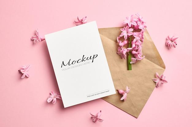Maquette stationnaire d'invitation ou de carte de voeux avec enveloppe et fleurs de jacinthe de printemps