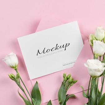 Maquette stationnaire d'invitation ou de carte de voeux avec des fleurs blanches d'eustoma