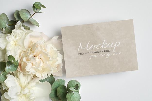 Maquette stationnaire d'invitation ou de carte de voeux avec des fleurs de pivoine blanches