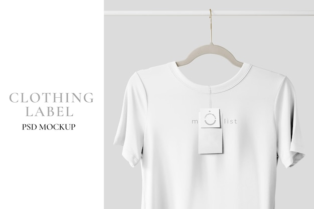 Maquette de t-shirt blanc accrochée à un porte-vêtements