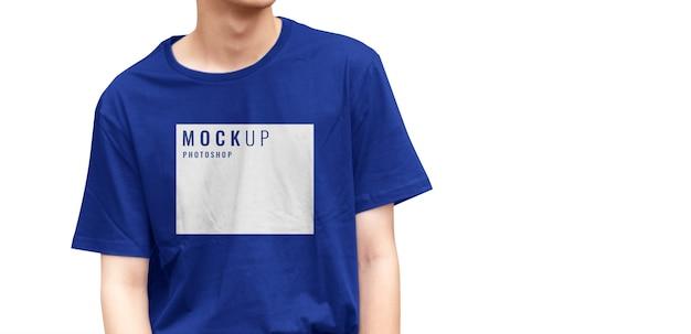 Maquette de t-shirt bleu avec modèle réaliste