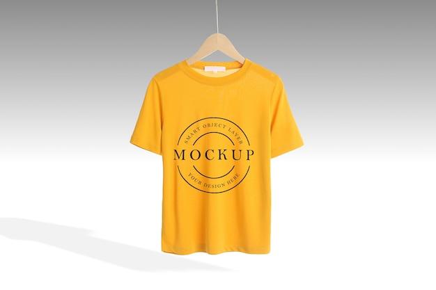 Maquette de t-shirt jaune face avant isolée