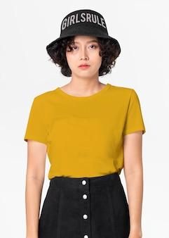 Maquette de t-shirt avec jupe trapèze et chapeau seau