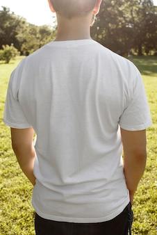 Maquette de t-shirt masculin de street city dans une scène d'été en plein air