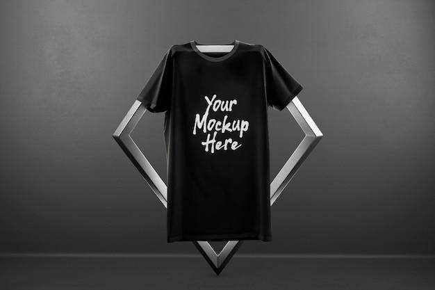 Maquette de t-shirt suspendu à la vitrine