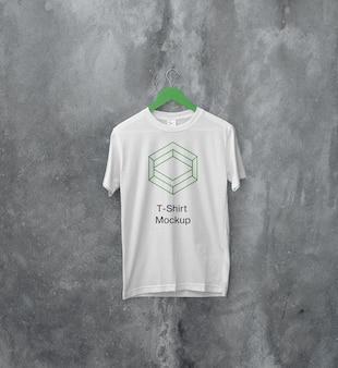 Maquette de t-shirt suspendu