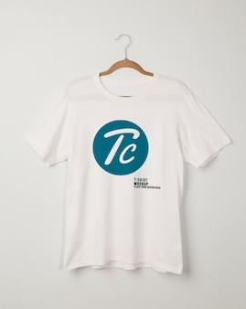 Maquette de t-shirts blancs vierges suspendus