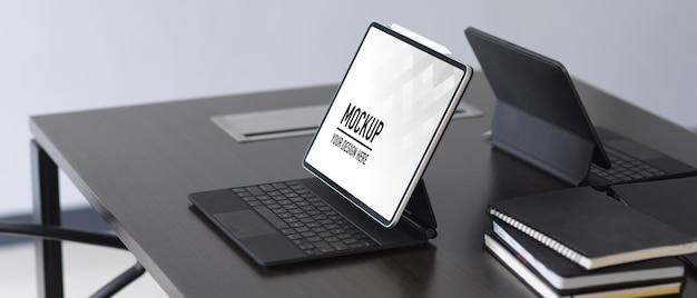 Maquette de table d'ordinateur avec tablette numérique