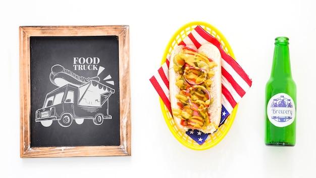 Maquette de tableau d'ardoise avec hot-dog