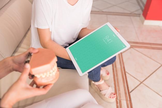 Maquette de tablette avec le concept de dentiste