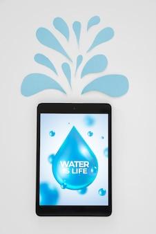 Maquette de tablette avec le concept de l'eau