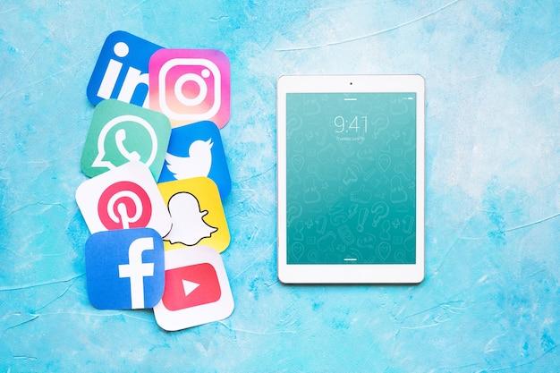 Maquette de tablette avec le concept de médias sociaux