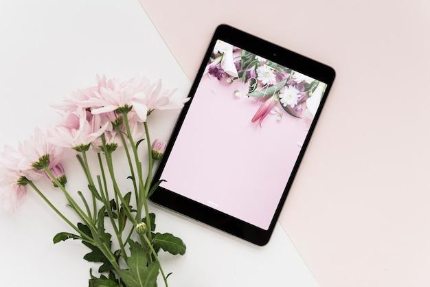 Maquette de tablette avec des fleurs
